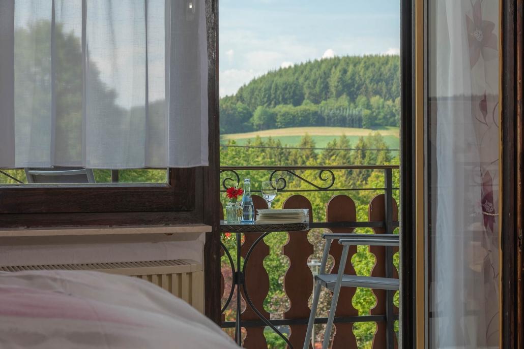"""Wunderschöne Aussicht auf den Hochwald - Wohnbeispiel Doppelzimmer mit SüdBalkon - Urlaub im Hunsrück in der Pension """"Landhaus HEIMISCH"""""""