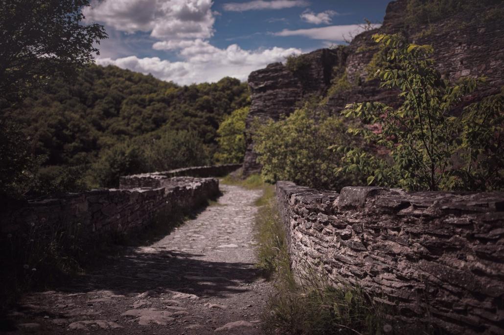 Zahlreiche Burgen und Festungen findet man auf den Wanderungen längst den vielen Traumpfaden im Hunsrück - Das Landhaus HEIMISCH im Hochwald ist zentraler Ausgangspunkt dafür