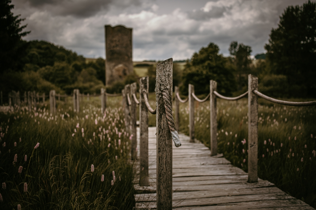 Zahlreiche Burgen und Festungen (hier die Wasserburg Baldenau)findet man auf den Wanderungen längst den vielen Traumpfaden im Hunsrück - Das Landhaus HEIMISCH im Hochwald ist zentraler Ausgangspunkt dafür